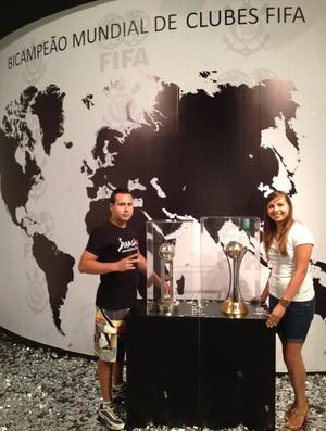 Torcida visita taça do mundial (Foto: Divulgação / Corinthians)