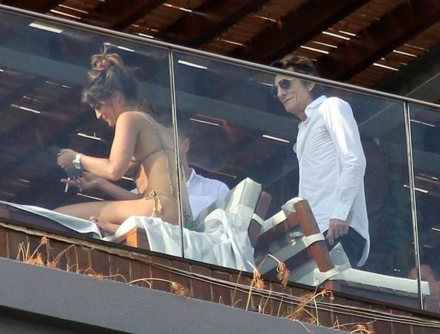 Ron Wood flerta com morena na piscina de hotel (Foto: agnews)