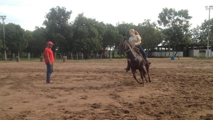 Gessyca Moares em dia de treino recebendo instruções do treinador Robson Seriaco. (Foto: Camila Rodrigues/GloboEsporte.com)