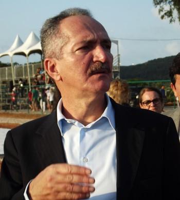 Ministro Aldo Rebelo visitou a pista de atletismo da UFRN nesta quinta-feira (Foto: Tiago Menezes)