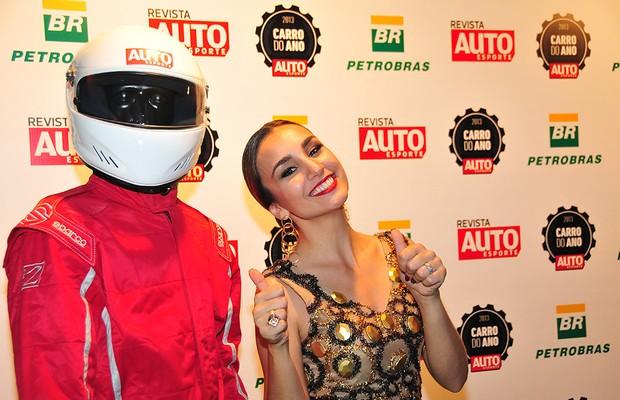 A apresentadora Milena Machado posa ao lado do Automaníaco na festa do Carro do ano 2013 (Foto: Oswaldo Palermo)