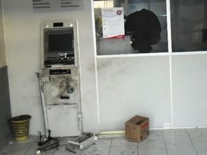 Grupo explode caixa eletrônico de agência bancária no Ceará (Foto: (Foto: Agência Miséria))