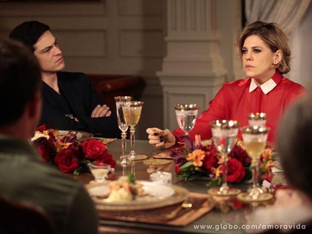 Félix pressiona Edith (Foto: Pedro Curi/TV Globo)