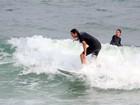Vladimir Brichta surfa com o enteado, filho de Adriana Esteves, no Rio