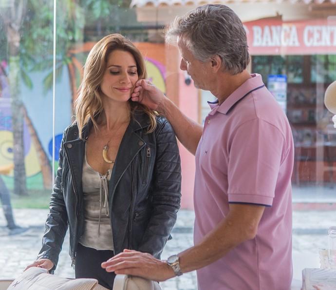 Vittorio faz carinho na namorada  (Foto: Artur Meninea / Gshow)