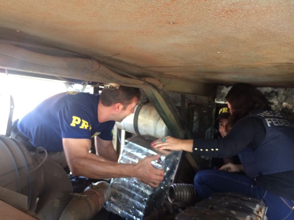 Droga estava escondida atrás de chapas de aço, conforme Receita Federal (Foto: Cinthia Raasch/RBS TV)