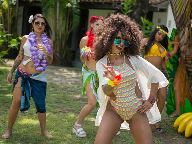 MC Marcelly e MC Britney em clipe da música Quando ele pede (Foto: Fenix Produções /Divulgação)