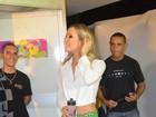 Claudia Leitte exibe as belas pernas em ensaio para o carnaval baiano