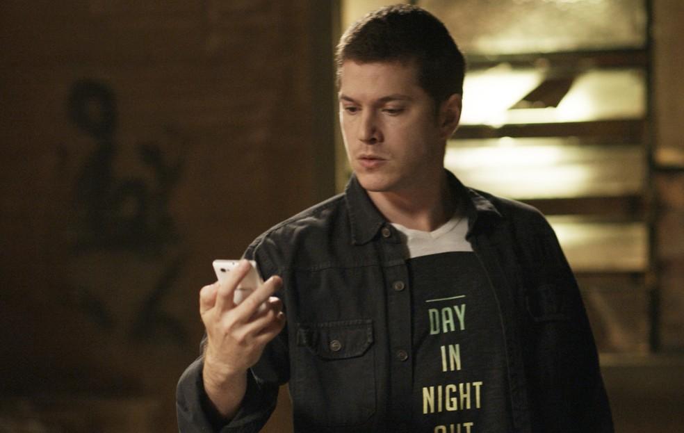 Alex desliga o telefone, sem medo do que pode acontecer com ele (Foto: TV Globo)