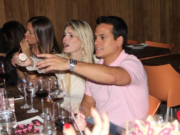 Bárbara Evans com Leonardo Conrado em restaurante no Rio (Foto: Rodrigo dos Anjos/ Ag. News)