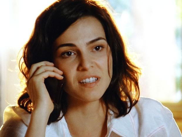 Mila quase deixa escapar que Juliano é o namorado de Natália (Foto: Flor do Caribe / TV Globo)