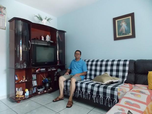 O aposentado Antônio Ferreira de Amorin na sala de casa (Foto: Paola Fajonni/G1)