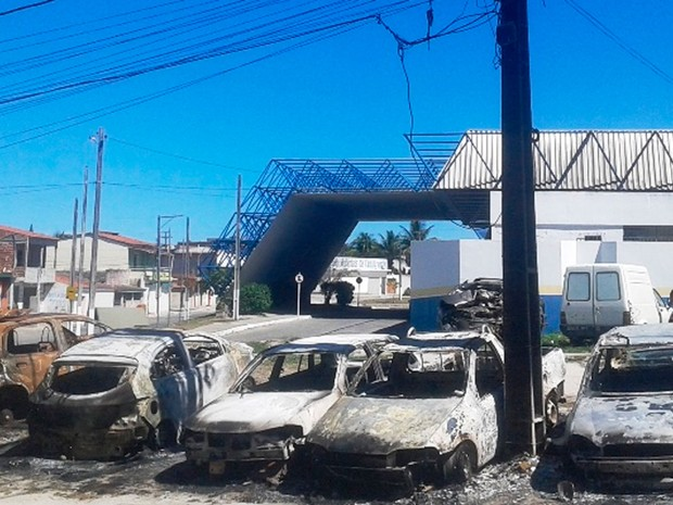 Carros foram incendiados em delegacia de Conceição do Coité (Foto: Calila Notícias)