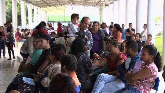 Pais dormem em fila para conseguir vagas em creches para filhos; vídeo