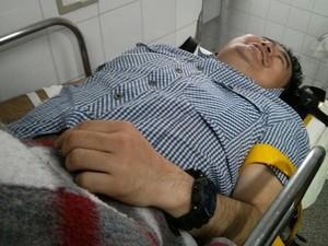 Ferido e imobilizado após acidente, vítima descreve momentos de pânicos após batida (Foto: Cláudio Nascimento/ TV TEM)