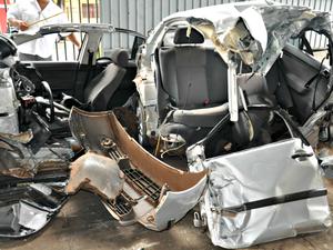 Perícia analisa carro que bateu em poste, durante 'racha' em Campo Grande (Foto: Maressa Mendonça/ G1 MS)