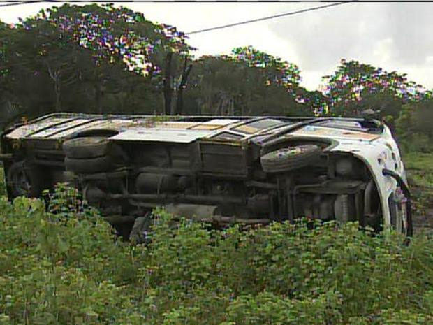 Polícia disse que por meio do tacógrafo deu para saber que o veículo trafegava a 100 km por hora. (Foto: Reprodução/TV Verdes Mares)