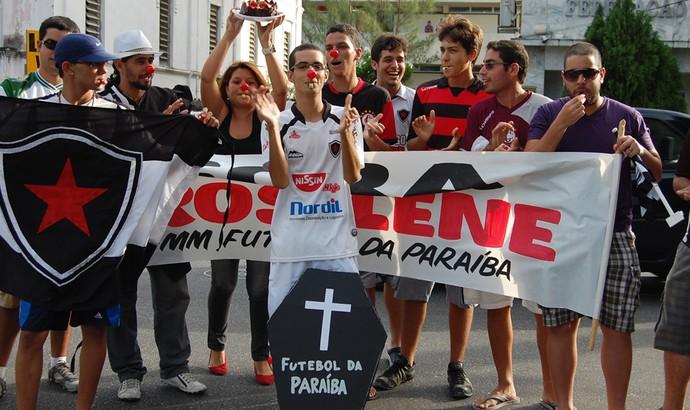 protesto contra rosilene gomes na FPF (Foto: Cadu Vieira)