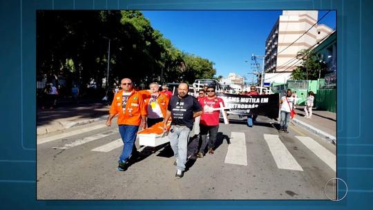 Petroleiros fazem manifestação em Macaé, RJ, em protesto contra as recentes mortes na Bacia de Campos