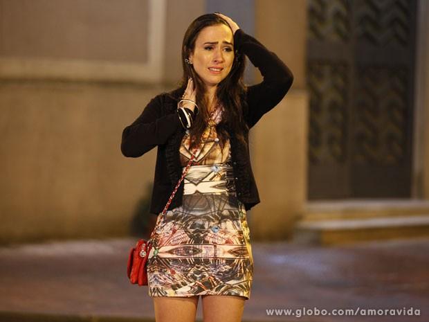 Valdirene chora desesperadamente (Foto: Amor à Vida/TV Globo)