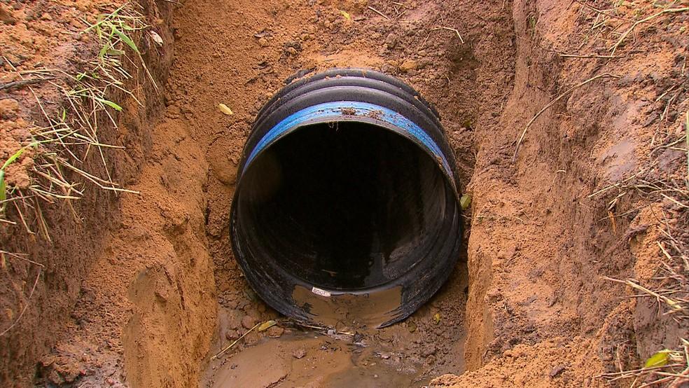 Tubulação foi trocada uma semana após deslizamento (Foto: Reprodução/TV Globo)