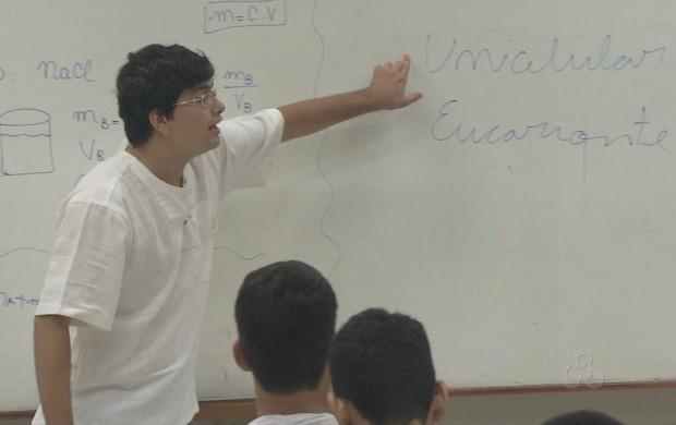 As aulas são ministradas por alunos do curso de medicina da Ufac. (Foto: Acre TV)