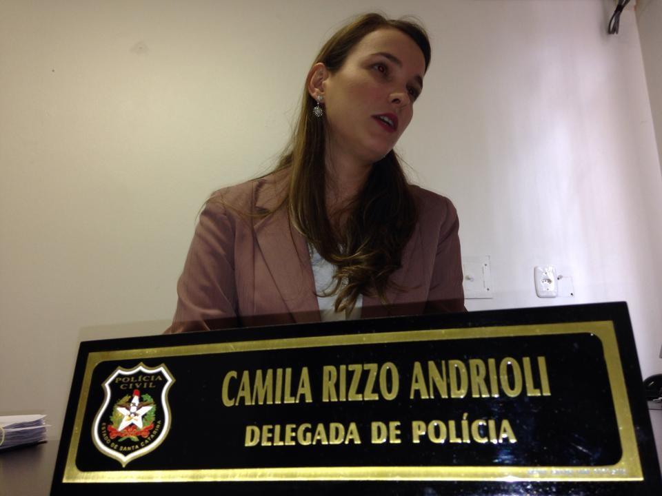 Delegada busca informações sobre suspeito de jogar bebê na lixeira (Foto: Lucas Neves/Divulgação)