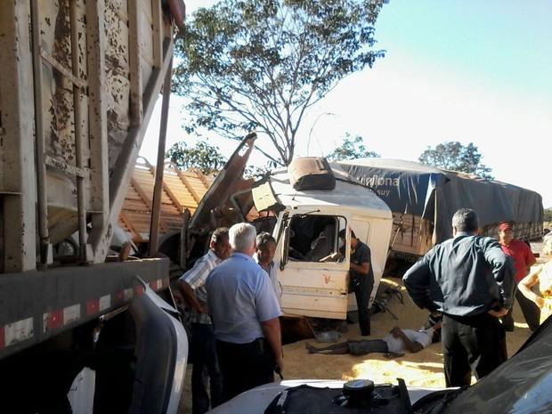 Motorista de caminhão teria perdido o controle da direção. (Foto: Wesley Mendonça/ TVCA)