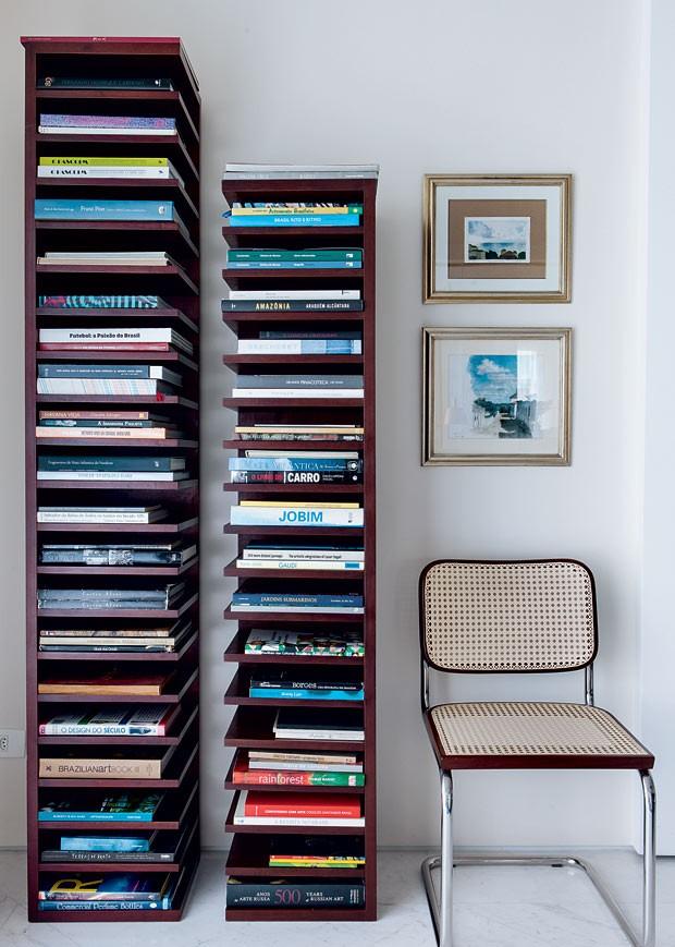 apartamento-Gil-Cioni-Olegario-de-Sa-estante-cadeira-quadros (Foto: Lufe Gomes/Editora Globo)