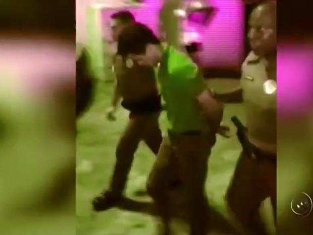 Ele foi preso em flagrante e encaminhado para o Centro de Detenção Provisória (CDP). (Foto: Reprodução/TV TEM)