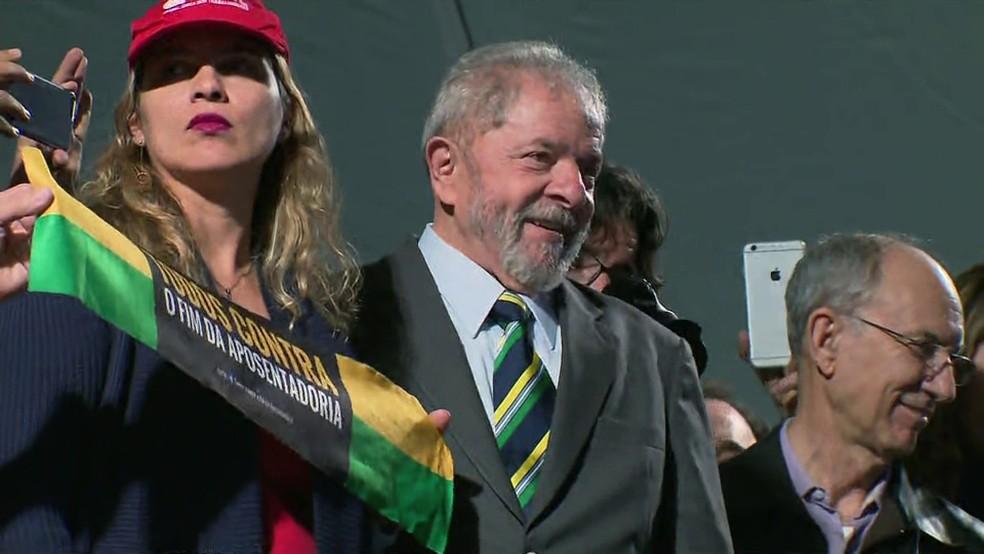 O ex-presidente Lula participa de ato de apoiadores em Curitiba (Foto: Reprodução)