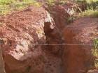 Cratera em obra embargada gera riscos a moradores em Tapiratiba, SP