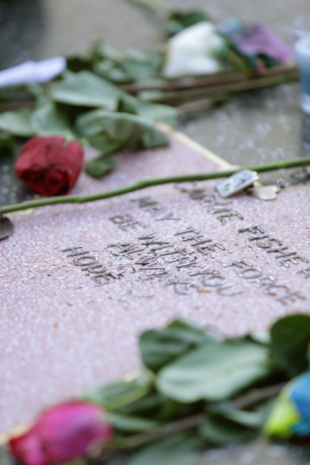 Fã faz uma montagem para homenagear Carrie (Foto: Greg Doherty / GETTY IMAGES NORTH AMERICA / AFP)