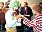 Atores que se casaram de palhaços celebram 25 anos de grupo teatral