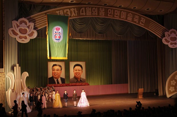 Palco do Grande Teatro de Pyongyang mostra nesta quinta-feira (11) os retratos de Kim Il-sung e seu filho, Kim Jong-il, antecessores de Kim Jong-un na chefia da Coreia do Norte (Foto: AFP)