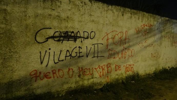 Torcida do CRB protesta contra o técnico Eduardo Souza (Foto: Caio Lorena / GloboEsporte.com)