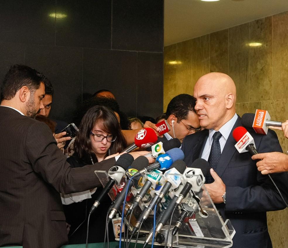 O ministro da Justiça, Alexandre de Moraes (dir.), durante entrevista no Planalto (Foto: Rogério Melo/PR)