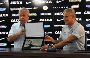 Tite recebe placa pelos 350 jogos no comando do Corinthians