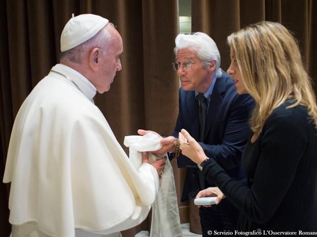 Papa Francisco conversa com o ator Richard Gere e sua namorada, Alejandra Silva (Foto: L'Osservatore Romano/AP)