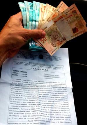 Dinheiro, documentos falsos (incluindo uma procuração) e suspeitos foram levados para a Delegacia de Defraudações de Natal (Foto: Tenente da PM Styvenson Valentim/G1)