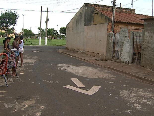 Agressão ocorreu na calçada, quando suspeito chegou à casa da ex-mulher para buscar a filha (Foto: Maurício Glauco/EPTV)