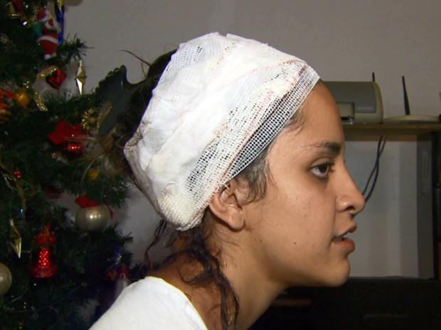 Fernanda Domingues Felizardo, de 20 anos, levou dois golpes de faca na cabeça; ex-namorado é o agressor; crime aconteceu nesta segunda-feira (16) em Poços de Caldas, MG (Foto: Reprodução EPTV/Michel Diogo)