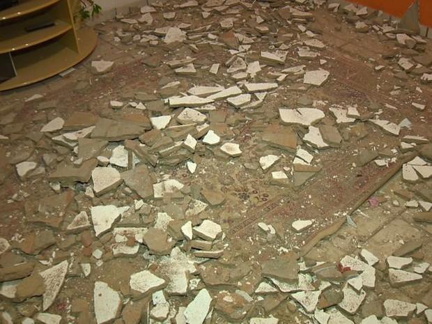 Reboco do teto de casa desaba e assusta moradores na Serra, Espírito Santo (Foto: Reprodução/TV Gazeta)