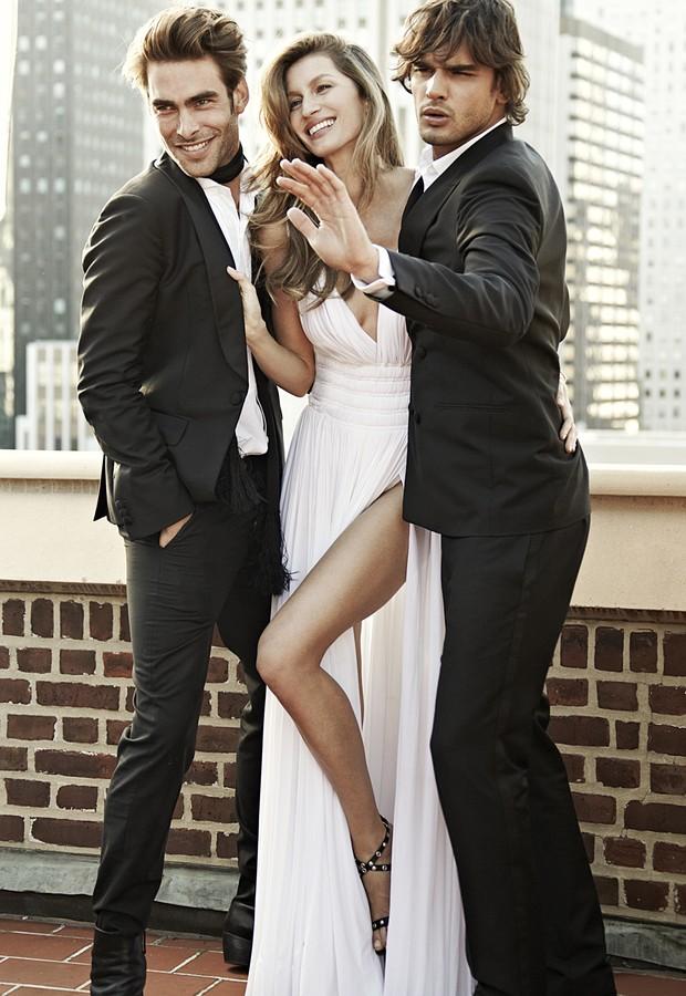 Gisele Bündchen entre Jon Kortajarena e Marlon Teixeira - modelo mostra as pernocas (Foto: Divulgação)