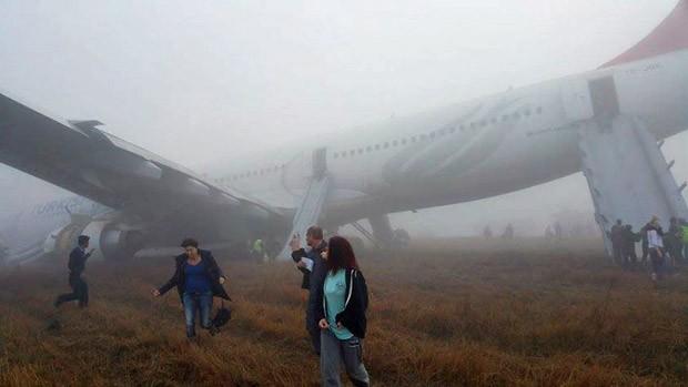 [Internacional]  Em meio a neblina, avião pousa de nariz em aeroporto do Nepal 000_del6397204a