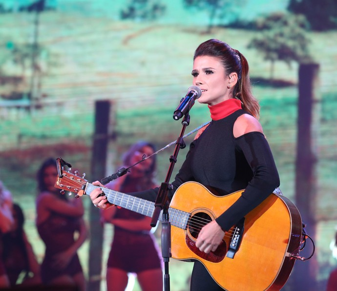 """Paula Fernandes cantou a música """"Pássaro de Fogo"""" (Foto: Carol Caminha/ Gshow)"""