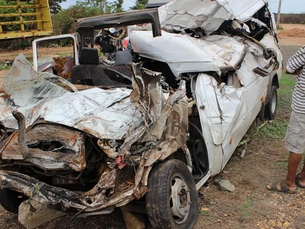 Acidente com caminhão e van deixa 10 mortos (Foto: Gil Oliveira / (G1))