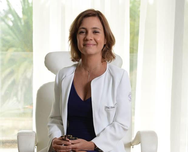 Adriana Esteves interpreta cirurgiã em 'Felizes' (Foto: TV Globo)