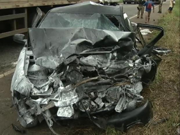 Duas pessoas morreram na colisão, que  deixou os carros destruídos. (Foto: Reprodução/TV Liberal)