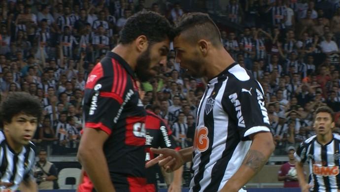 Carlos e Wallace se estranharam após jogada polêmica (Foto: Reprodução/TVGLOBO)